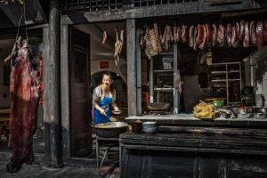 PhotoVivo Gold Medal - Xiuqiong Yang (China)  Shopkeeper